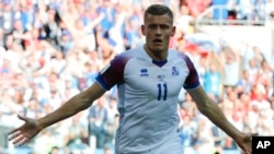 Iceland's Alfred Finnbogason celebrates after scoring his team opening goal during the group D match between Argentina and Iceland at the 2018 soccer World Cup in the Spartak Stadium in Moscow, Russia, June 16, 2018.