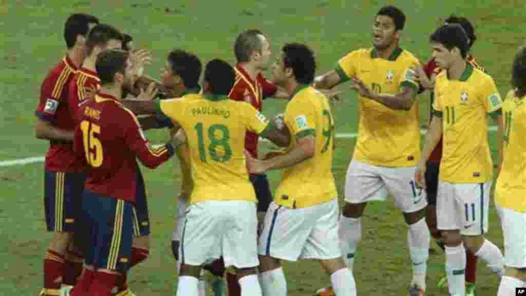 Jogadores espanhóis e brasileiros discutem durante a final da Taça das Confederações que opôs Brasil e Espanha no Maracanã.