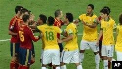 Jogadores brasileiros e espanhois discutem durante a final da Copa das Confederações no Rio de Janeiro, Brasil (Junho 2013)