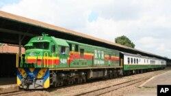 """Le train """"Lunatic Express"""", ancienne ligne construite à partir de 1896 par les Britanniques à Nairobi, au Kenya, 18 octobre 2006."""