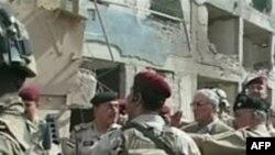 Bộ trưởng Quốc phòng Iraq Abdul-Qadir al-Ubaidi (giữa) tại hiện trường vụ tấn công tự sát tại một đồn cảnh sát ở phía bắc Baghdad