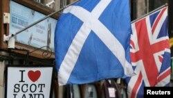 Шотландський і британський прапори в центрі Единбурґа