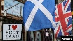 La bandera escocesa y la bandera británica son exhibidas en un comercio en el centro de Edimburgo, Escocia.