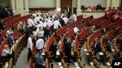 Para pendukung Yulia Tymoshenko di parlemen meninggalkan kursi mereka karena marah setelah pemungutan suara ditangguhkan, Rabu (13/11).