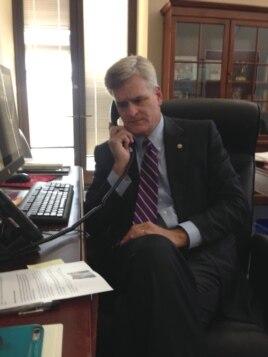Thượng nghị sĩ Mỹ Bill Cassidy nói chuyện điện thoại với gia đình bà Bùi Thị Minh Hằng.