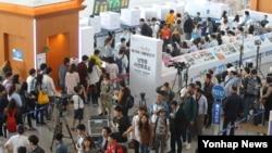 19대 대통령선거 사전투표 누적투표율이 역대 최고치를 훌쩍 넘은 5일 서울역 대합실에 마련된 남영동 사전투표소에서 여행객을 비롯한 시민들이 줄지어 투표하고 있다.
