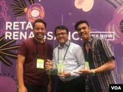 Dari ki-ka: Dimas Wibisono, acting Konsul Jenderal RI Yohannes Jatmiko dan Ayub Litbagay dari Djalin, setelah menerima penghargaan Best Product NY NOW 2019.