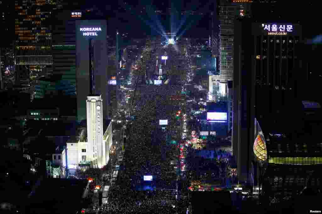 تظاهرات اعتراضی علیه «پارک گئون هی» رئیس جمهور کره جنوبی در سئول : معترضان به دلیل رسوایی سیاسی خواستار برکناری او شدند.