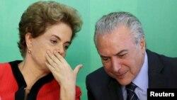 Nếu bị luận tội, Tổng thống Rousseff sẽ bị đình chỉ chức vụ trong lúc bị xét xử ở Thượng viện. Trong trường hợp đó, Phó Tổng thống Temer (phải), thủ lãnh của đảng PMDB sẽ lên tạm quyền tổng thống.
