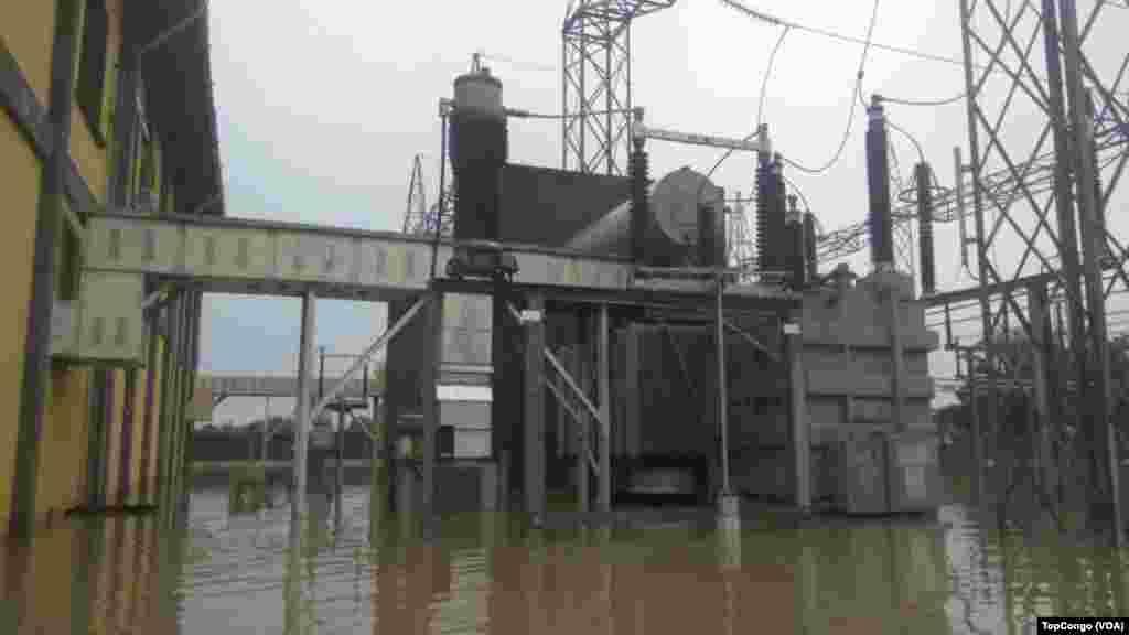 Les installations d'une station électrique sous les eaux suite aux inondations à Kinshasa, le 4 janvier 2017. (VOA/TopCongo)