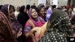 Các phụ nữ Pakistan đau buồn trước cái chết của thân nhân trong vụ cháy xưởng may ở Karachi, Pakistan