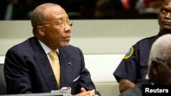 Mantan Presiden Liberia Charles Taylor (kiri) dalam sidang di Mahkamah Kejahatan Internasional di Den Haag (26/9) lalu (foto: dok).