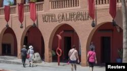 Turistas caminan frente al Hotel California en Todos Santos, Baja California Sur, Mexico, May 2, 2017. El huracán Norma podría avanzar sobre la península este fin de semana informó el Centro Nacional de Huracanes.