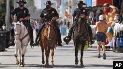 Cảnh sát Los Angeles tuần tra ở khu Venice.