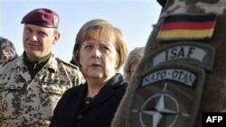 Almaniya kansleri Angela Merkel Əfqanıstanın Kunduz vilayətində alman əsgərlərlə söhbət edir