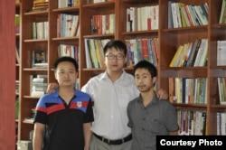 张凯律师(中)与吴良杰(左)和邓吉元(右)