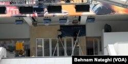 کارگران بنر هفتادویکمین جشنواره کن را بر سردر کاخ جشنواره نصب میکنند