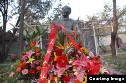 北京的郭沫若故居中的郭沫若全身铜像(2007年11月,美国之音拍摄)