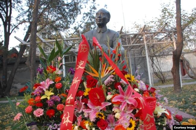 北京的郭沫若故居中的郭沫若全身銅像(2007年11月)