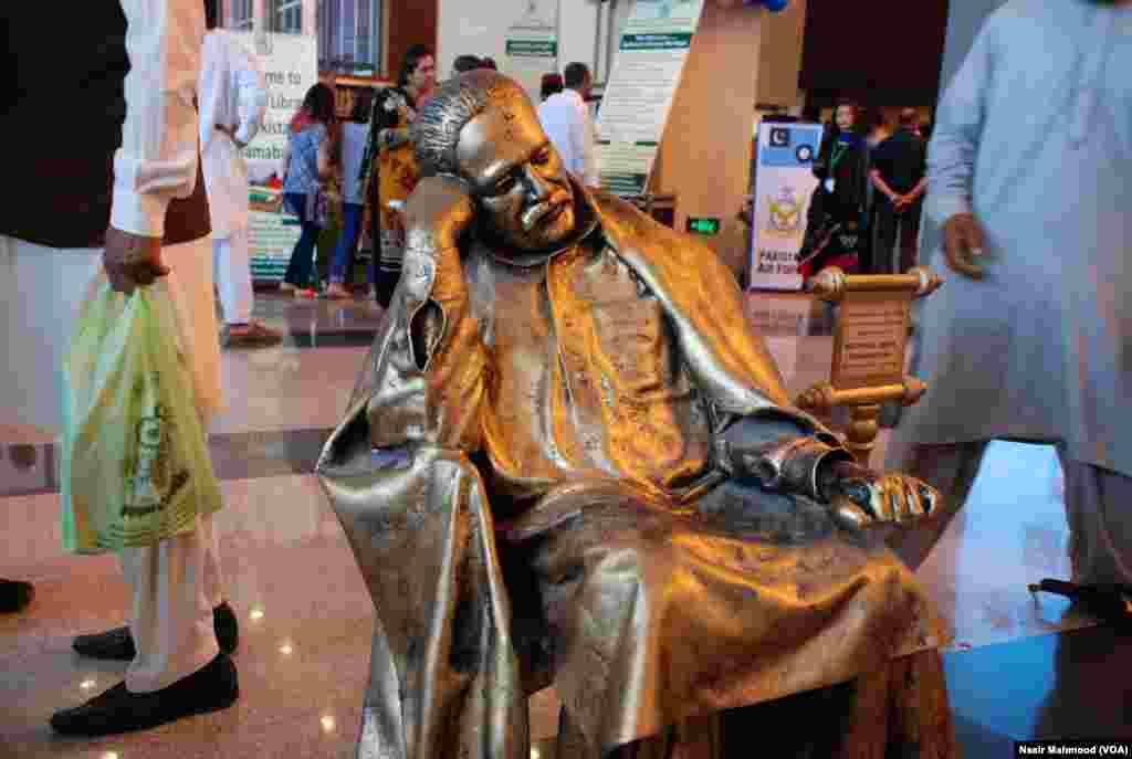 شاعر مشرق علامہ اقبال سمیت کئی اور مشاہیر کے مجسمے بھی شائقین کی توجہ کا مرکز ہیں