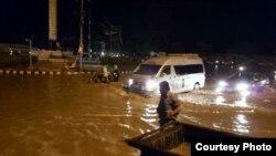 بارش کے بعد شہر کی کئی سڑکیں تالاب کا منظر پیش کر رہی ہیں۔