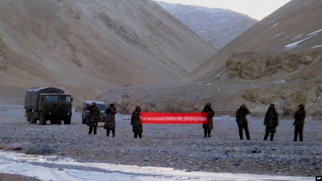 """中国军人在中印边界举起""""你已跨境,请回去""""的横幅(资料照片)"""