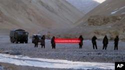 """中國軍人在中印邊界舉起""""你已跨境,請回去""""的橫幅(2013年5月5日)"""