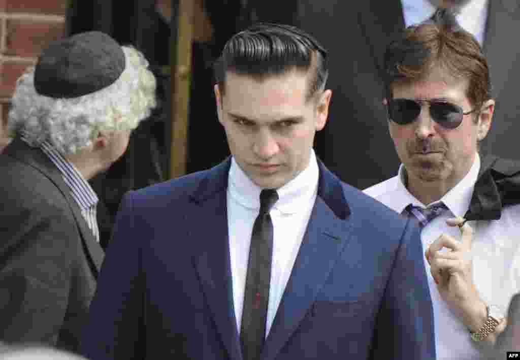 Рег Травис, близкий друг Эми Уайнхаус на похоронах