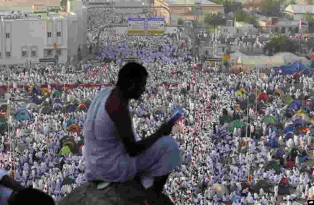 Un pèlerin musulman priant sur le Mont Arafat, près de la Mecque. Le pélerinage musulman attire chaqua année 2,5 millions de visiteurs chaque année, ce qui en fait le plus grand rassemblement annuel au monde.