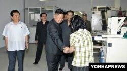 평양 양말공장을 찾아 기술장비와 생산실태를 점검하는 김정은 제1위원장. 지난 3일 조선중앙통신이 공개한 사진.