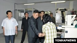 지난 3일 '조선중앙통신'이 공개한 사진에서 평양 양말공장을 방문한 김정은 제1위원장.