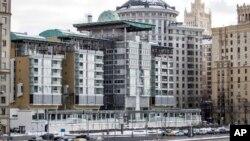 Здание посольства Великобритании (на переднем плане) в Москве.
