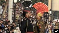 Пакистанский и индийский пограничники на торжественной церемонии.