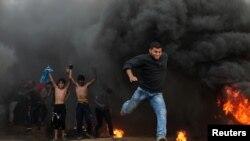 팔레스타인 시위자들이 26일 가자지구 분리 장벽 근처에서 반이스라엘 구호를 외치며 격렬하게 시위를 벌이고 있다.