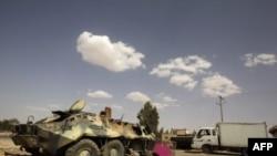Oklopni transporter snaga Muamera Gadafija unissten u ranijem vazdušnom napadu , 18. juli, 2011.