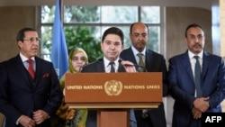 Le ministre marocain des Affaires étrangères, Nasser Bourita, avec sa délégation à une conférence de presse clôturant deux jours de pourparlers sur la région du Sahara occidental, une région controversée depuis 2012, le 6 décembre 2018.