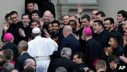 프란치스코 교황이 26일 신학생들의 환영속에 필라델피아 성 챨스 보로메오 신학원에 도착하고 있다