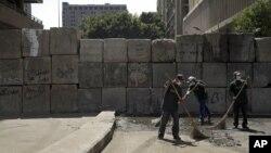 埃及扫街工人在几天示威抗议后正在清理开罗美国使馆附近地区