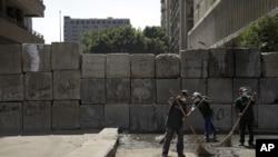 埃及掃街工人在幾天示威抗議後清理開羅美國使館附近地區
