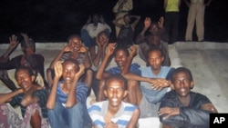 圖為被抓獲的索馬里海盜