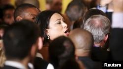 Tổng thống Obama nói rằng hành động của người phụ nữ là 'khiếm nhã' rồi yêu cầu an ninh đưa bà ra khỏi phòng.