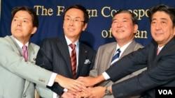 日本自民党首相参选人中的四位2012年9月19日联手合影,右一为前首相安倍晋三(美国之音赫尔曼拍摄)