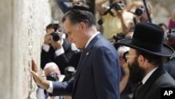 Mitt Romney, con una kipá judía puesta, visitó el Muro de las Lamentaciones en Jerusalén.