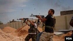 Pasukan pemerintah sementara Libya (NTC) menggempur kota Sirte. NTC memperkirakan akan menguasai kubu terakhir pendukung Gaddafi pekan depan.