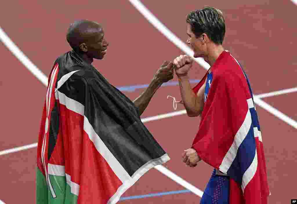 Jakob Ingebrigtsen (ouro), da Noruega, celebra com Timothy Cheruiyot (prata), do Quénia, depois da final dos 1500 metros masculinos. 7 de Agosto, 2021, Tóquio, Japão. (AP Photo/Charlie Riedel)