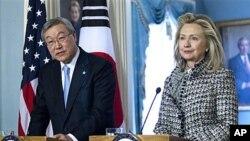 9일 미 국무부에서 기자회견을 가진 힐러리 클린턴 미 국무장관(오른쪽)과 한국의 김성환 외통부 장관.