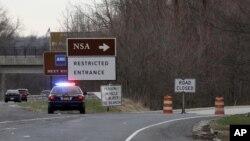 30일 미국 메릴랜드 주 포트 미드에 있는 국가안보국 NSA 진입로를 경찰이 차단하고 있다.