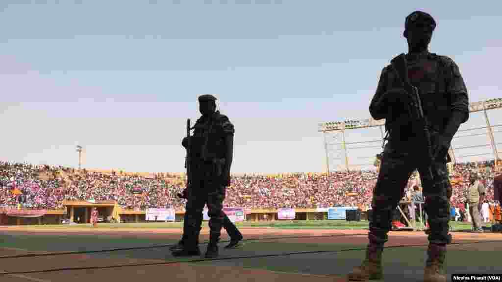 Des militaires surveillent le stade Seyni Kountché de Niamey pour le dernier meeting de Mahamadou Issoufou, le 18 février 2016(VOA/Nicolas Pinault)