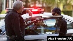 Policija ispred kuće Baraka Obame u Vašingtonu pošto je na njegovu adresu poslat paket sa eksplozivom