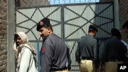 مهاجران افغان همیشه از آزار و اذیت پولیس پاکستان شکایت کرده اند.